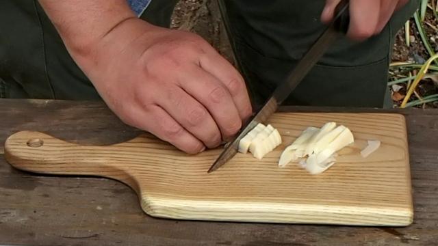 筍を縦に切る