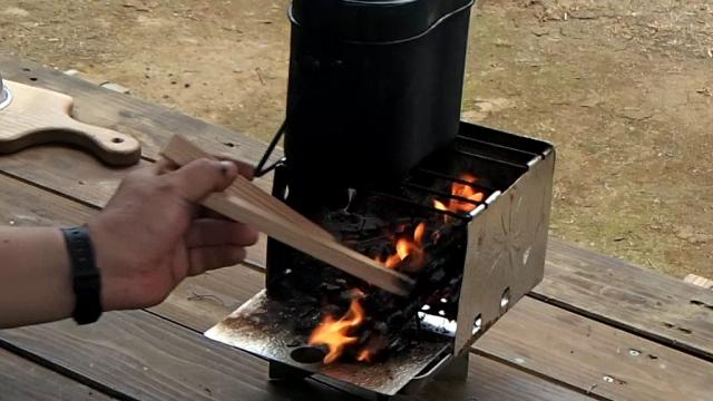 沸騰したら熾き火の弱火で飯盒のお米を炊く