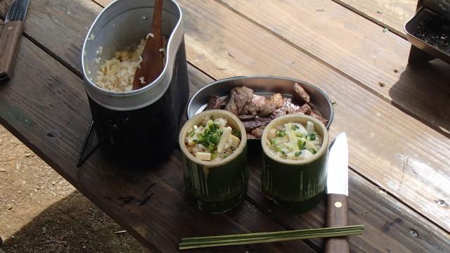 竹の器に筍ごはんを盛る