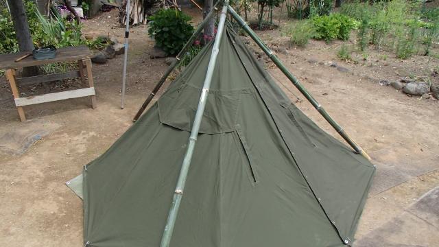 後ろから見た竹トライポッドで吊ったポーランド軍テント
