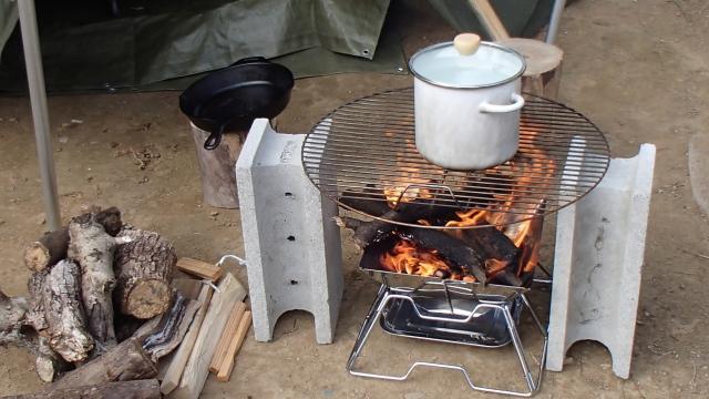 焚き火でお湯を沸かしておく
