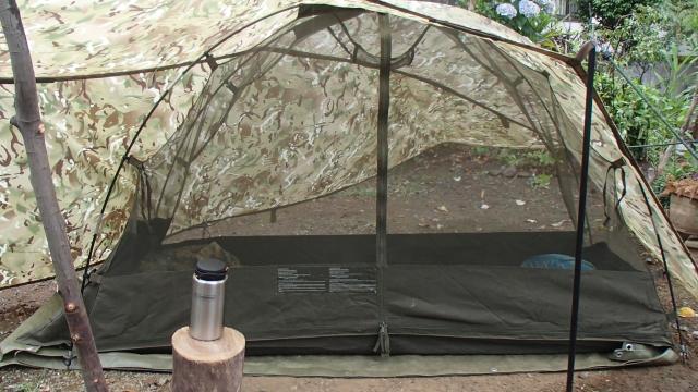 グラウンドシートに英軍蚊帳テントを置くだけ