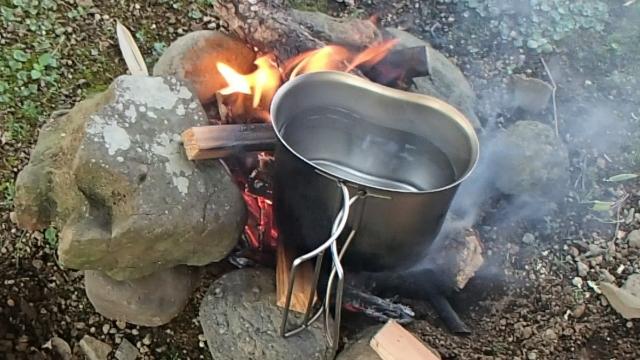 焚き火とキャンティーンカップ