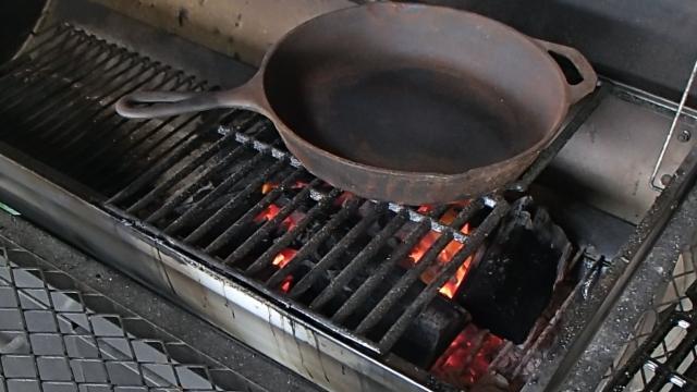 錆を焼き切るためにスキレットを入れる
