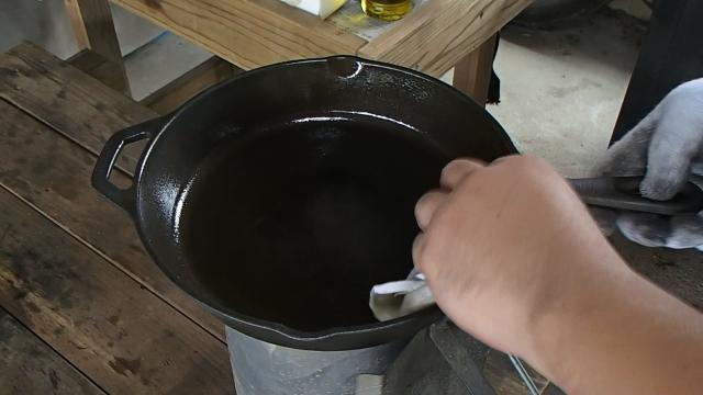満遍なくオリーブオイルをスキレットに塗る