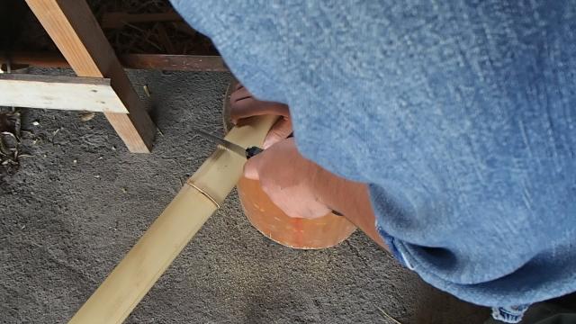 竹の節を残して適当に切る