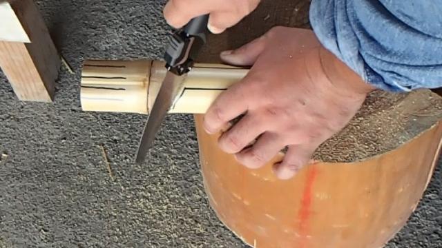 斜めの線にノコギリを使って切り込みを入れる