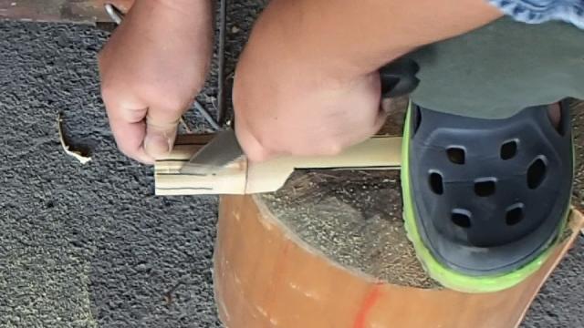 フォークの櫛になる部分にノコギリで切り込みを入れる