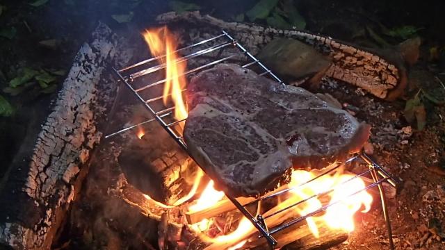 焚き火でTボーンステーキ