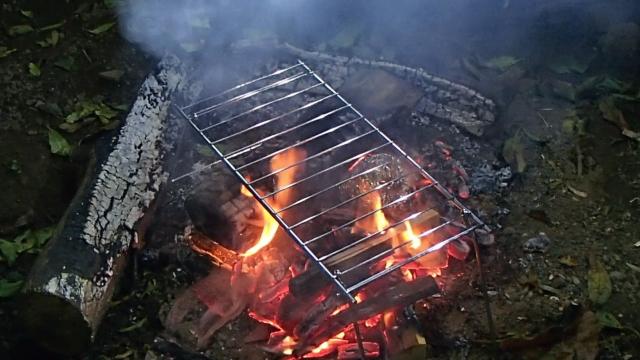 焚き火グリルを置く