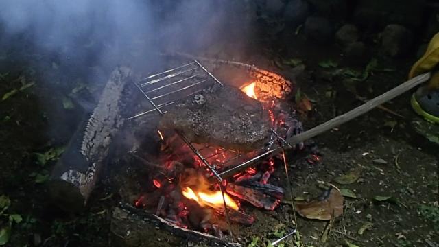 棒とかで炎を消し熾き火にする