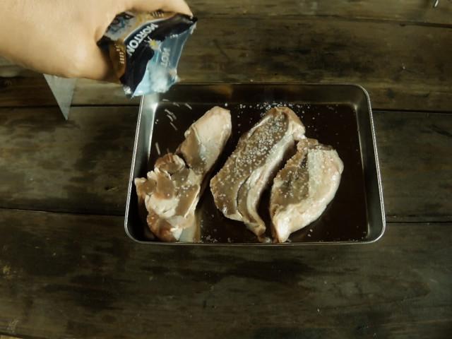 ラム肉に岩塩を振る