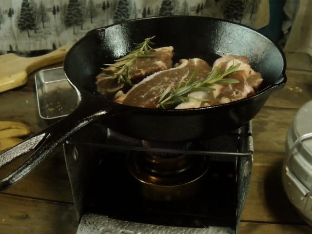 ラム肉をスキレットに入れて焼く