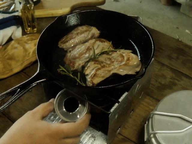 弱火にしてステーキをさらに焼く