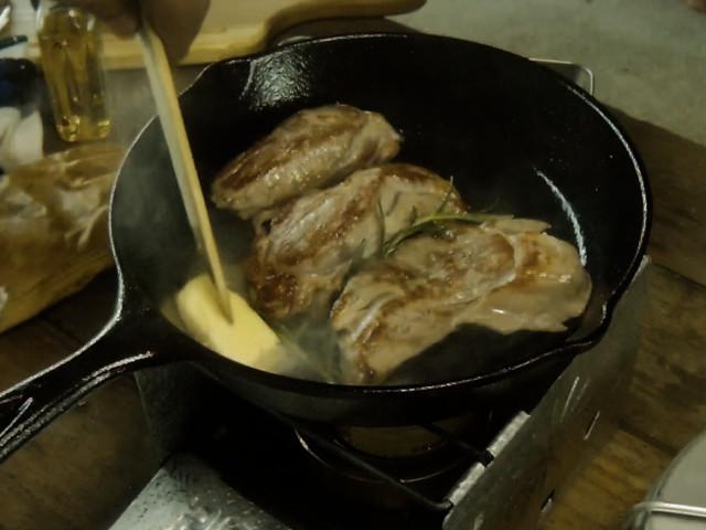 バターを入れてさらにステーキを焼く