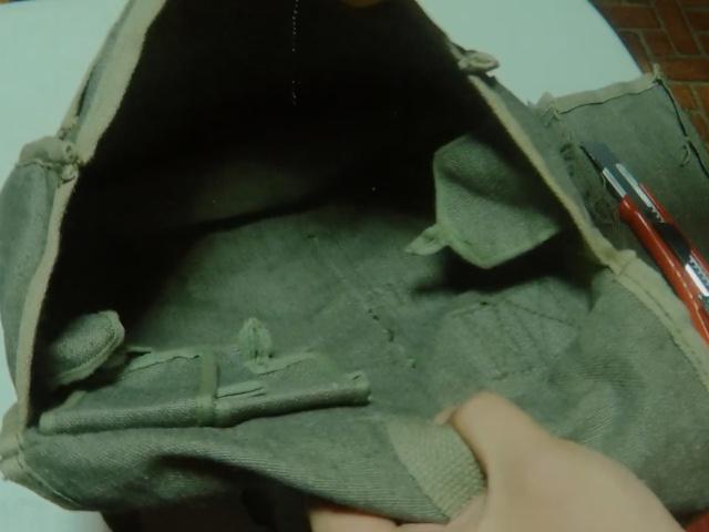 仕切り除去後のポーランド軍ブレッドバッグ
