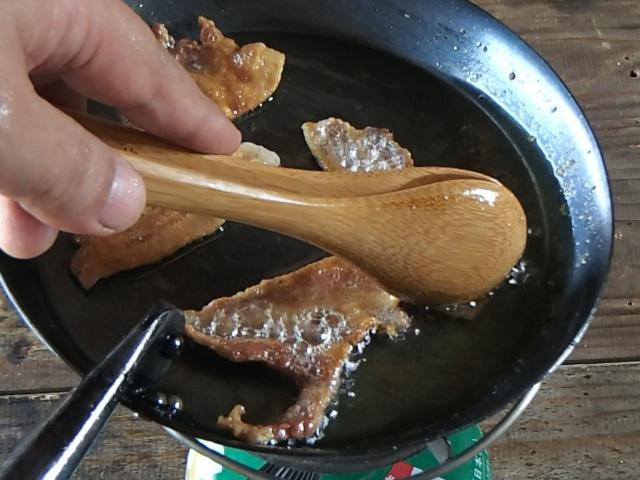 豚バラ肉の脂で揚げるように焼く