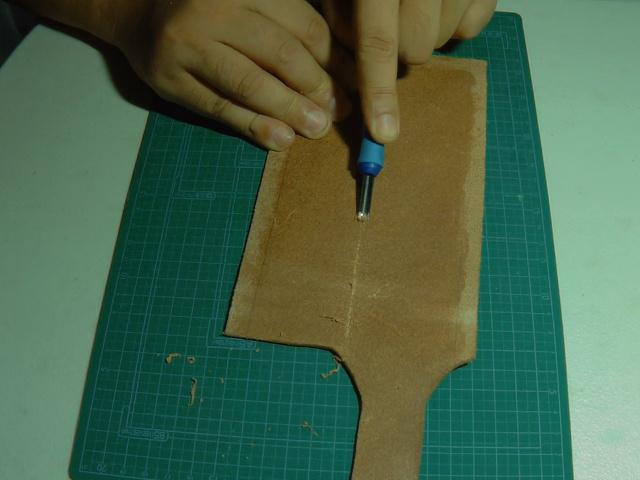 二つ折りしやすくするため床面中央を削る