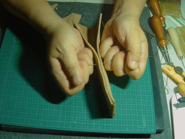 レーザーシースを縫う時には麻糸をきつく締める