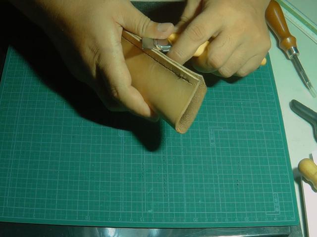 コバ面をカッターナイフで微調整する