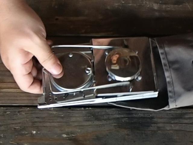 折り畳まれているスイス軍フォールディングキャンドルランタン