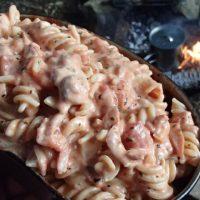 焚き火で作る飯盒パスタ クリームチーズトマトソースのフジッリのレシピ
