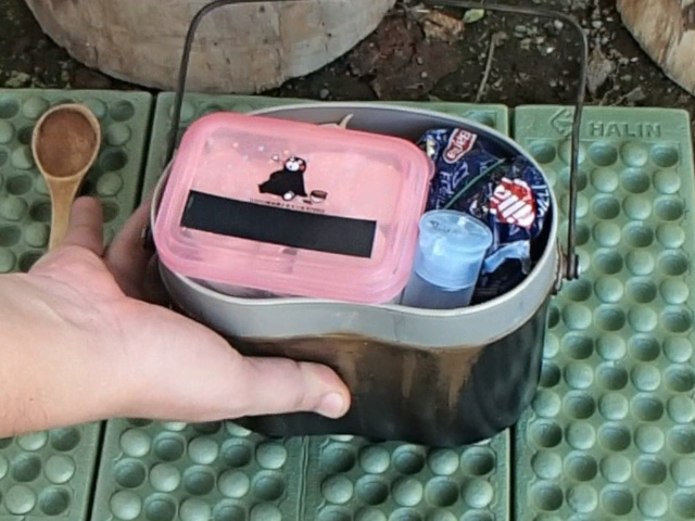 飯盒パスタの具材は飯盒にスタッキング