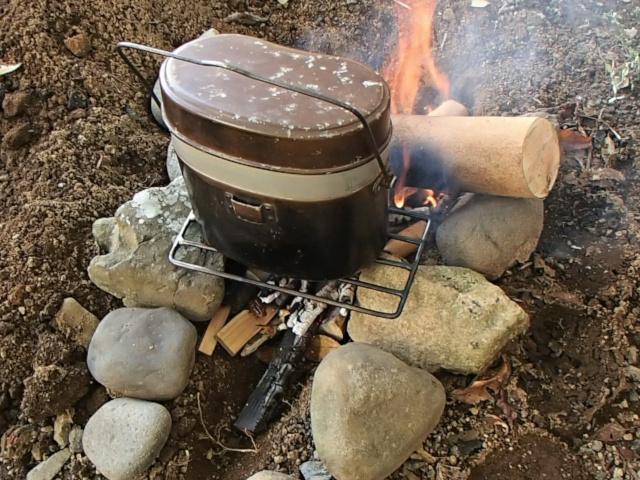 飯盒パスタのお湯が早く沸騰するように飯盒の蓋をする