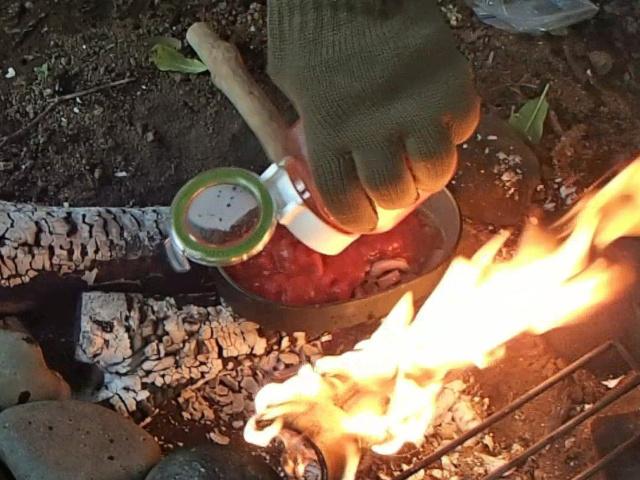 飯盒パスタ用ソースにカットトマトを入れる