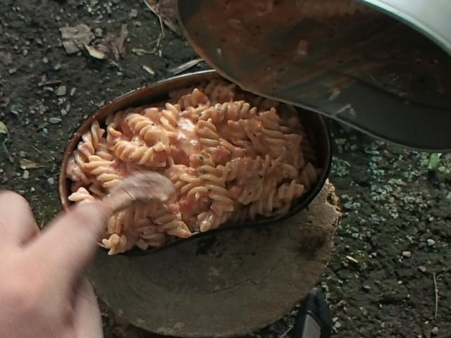 飯盒パスタを飯盒の蓋に盛り付ける