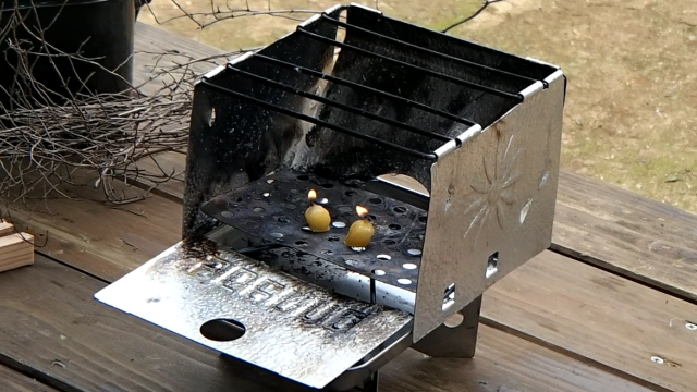 ウッドストーブ(スターノ・フォールディング・キャンプ・ストーブ)にはミニファイヤーキャンディーを火口に使う