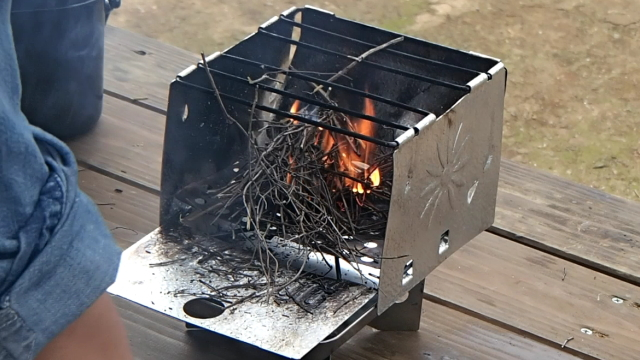 ウッドストーブ(スターノ・フォールディング・キャンプ・ストーブ)の焚き付けには枯れた小枝を使う