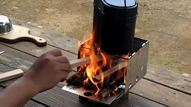 最初は強火で飯盒を沸騰させる