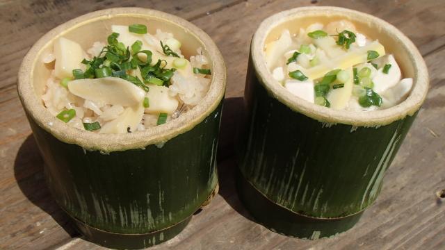 竹の器に盛った筍ごはんと筍味噌汁