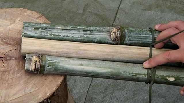 竹に互い違いに通したパラコード