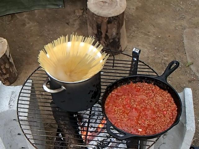 焚き火で作るミートソースパスタ