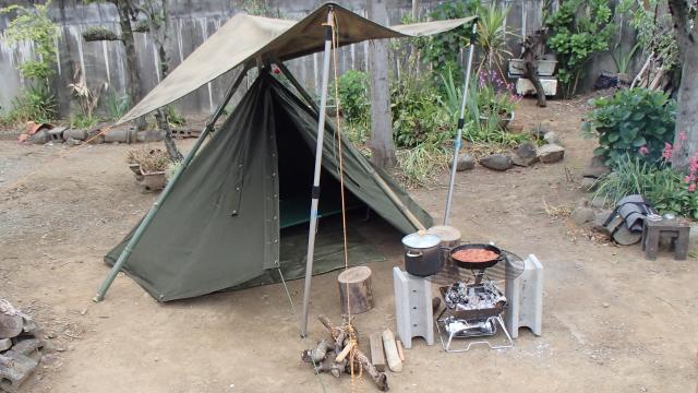 庭キャンプ時のプラシュ・パラツカとポーランド軍テント