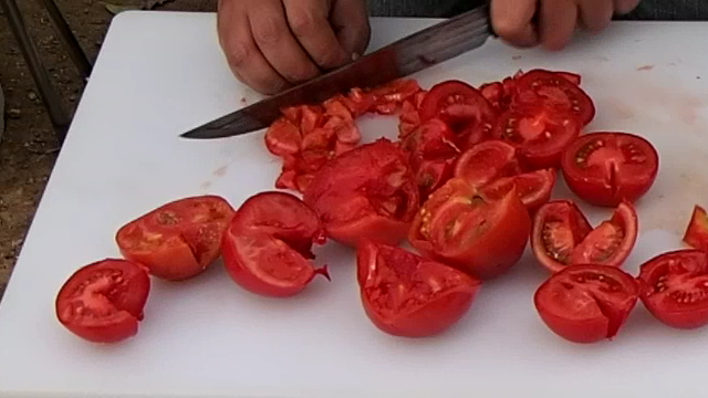トマトを角切り