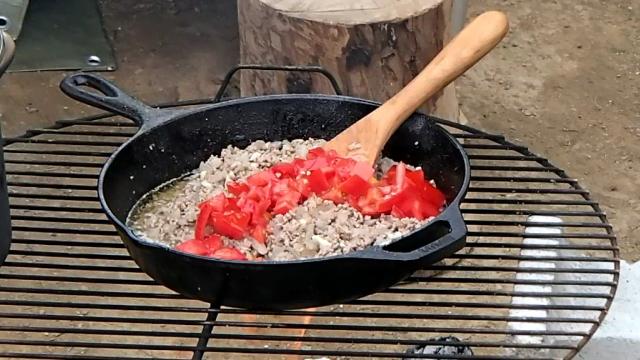 トマトをスキレットに入れる