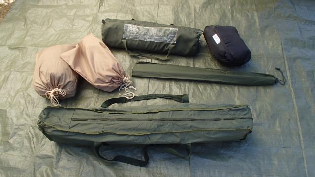 用意した米軍コット、蚊帳、ウッドポール