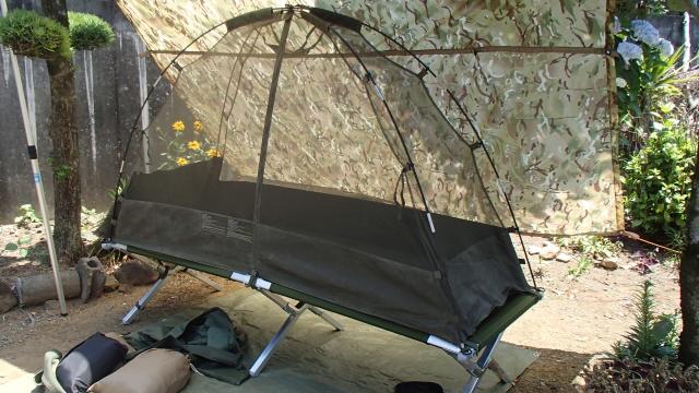米軍コットとイギリス軍1人用自立型蚊帳テント