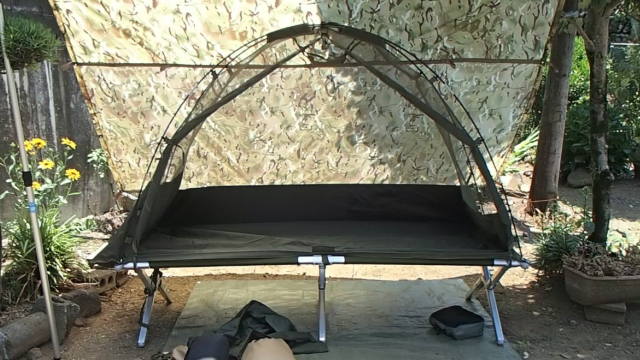 イギリス軍の1人用自立型蚊帳付コット用テントの入り口をフルオープン