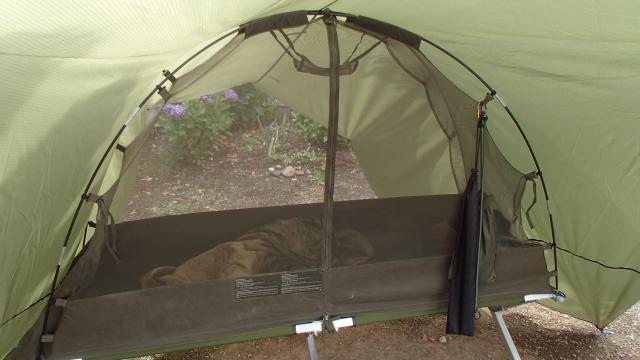 英軍蚊帳テントの中にはウービー(米軍ポンチョライナー)