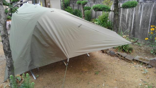 斜め後ろから見た米軍コットと英軍蚊帳テントとタープ