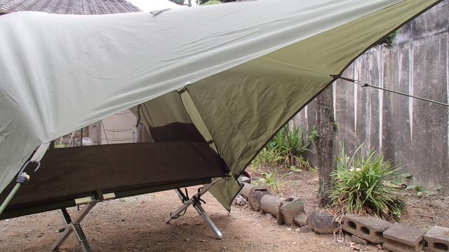 斜め後ろから見上げる米軍コットと英軍蚊帳テントとタープ