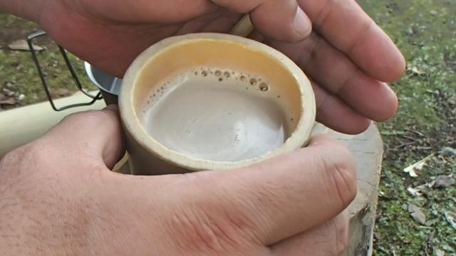 竹湯呑みで飲むカフェオレ