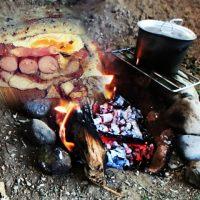 焚き火料理のポークサンドイッチ