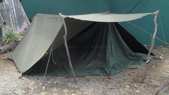 モスキートネット(蚊帳)入れた状態の半分の半分オープンなハップテント