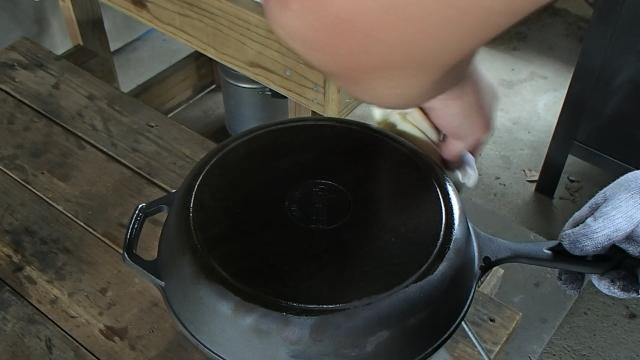 薄くオリーブオイルをスキレットに塗る