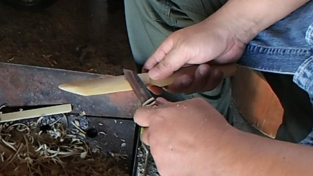 竹ナイフの刃の部分を削る